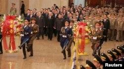 북한 김정은 국무위원장(가운데)이 김정일 국방위원장의 75돌 생일(광명성절)인 16일 김일성·김정일 부자의 시신이 안치된 금수산태양궁전을 방문하고 있다.