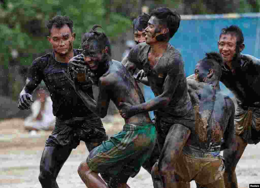 د میانمار د استقلال په ۶۹ مه کلیزه کې خلک د یوې سیمیځې سیالۍ په لړ کې.