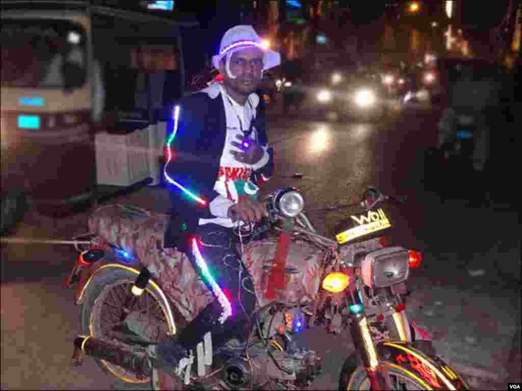 کراچی کے ایک نوجوان نے اپنے یوم ِآزادی کی خوشی میں اپنے کپڑوں اور ٹوپی پر برقی قمقمنے لگوائے ہوئے ہیں
