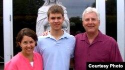Benjamin Stassen berfoto bersama orangtuanya, Alice dan Jay, sebelum ia mengakhiri hidupnya. (Courtesy Photo).