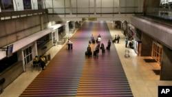 """El viaje de los menores fue frustrado por las autoridades el viernes en el aeropuerto Simón Bolivar de Maiquetía, argumentando que los permisos presentados por los familiares eran """"fraudulentos""""."""