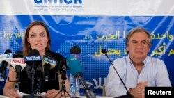 La actriz Angelina Jolie , enviada especial de la ONU para refugiados, junto al alto comisionado de la ACNUR, Antonio Guterres, en un campo en Jordania que alberga a sirios desplazados por la guerra.