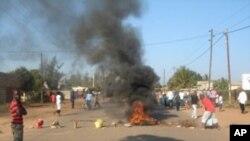 Pneus queimados durante protesto popular em Maputo