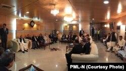 نواز شریف نے ایئرپورٹ کے لاؤنج میں پارٹی رہنماؤں سے مختصر ملاقات کی