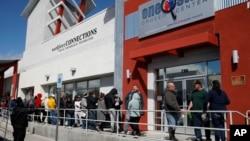 Ljudi čekaju u redu da se prijave za beneficije za nezaposlene u Los Angelesu. (Foto: AP)