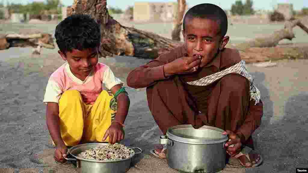 پخت و توزیع غذای نذری در مناطق محروم کرمان. عکس: محمد رفیعی موحد