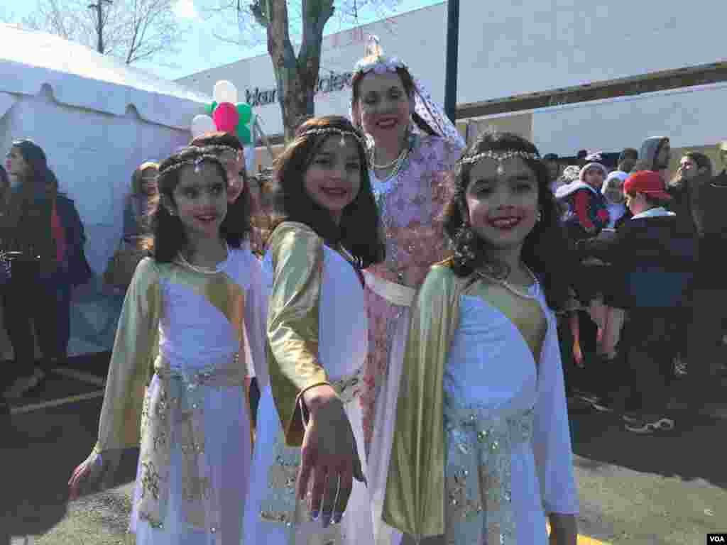 گروهی از کودکان خردسال که در جشن نوروزی در شمال ویرجینیابه اجرای رقص ایرانی پرداختند.