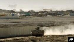 En esta imagen de archivo del 10 de enero de 2007, un vehículo blindado patrulla la periferia del Campamento Bastion en el sur de Afganistán. En ese campamento, donde está emplazado el príncipe Enrique, una artillera británica dio a luz a un niño el marte