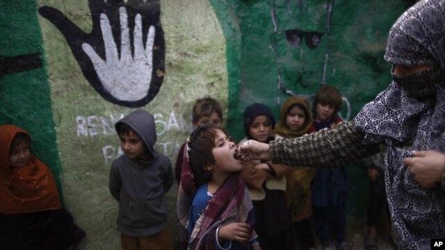 Học sinh Pakistan đượ chủng ngừa bại liệt ở ngoại ô Islamabad, ngày 31/1/2013. Có tin đồn ở Pakistan rằng các loại thuốc chủng có mục đích làm trẻ em Hồi giáo không thể sinh con sau này.