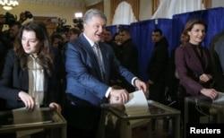 Ukrayna prezidenti Petro Poroşenko ailəsi ilə birlikdə səsvermədə iştirak edir. 31 mart 2019.
