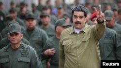 Ông Nicolas Maduro ra dấu chiến thắng trong cuộc gặp với các binh sĩ tại một căn cứ ở thủ đô Caracas hôm 30/1.