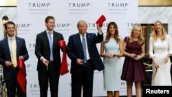 Dari kiri: Donald Trump Jr., Eric Trump, Presiden AS Donald Trump, Melania Trump, Tiffany Trump dan Ivanka Trump (foto: dok).