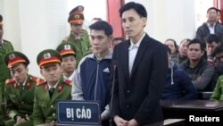 Vietnamese prominent dissidents Hoang Duc Binh (R) and Nguyen Nam Phong stand at a court in Nghe An province, Vietnam, Feb. 6, 2018. (VNA/Bich Hue/via Reuters)