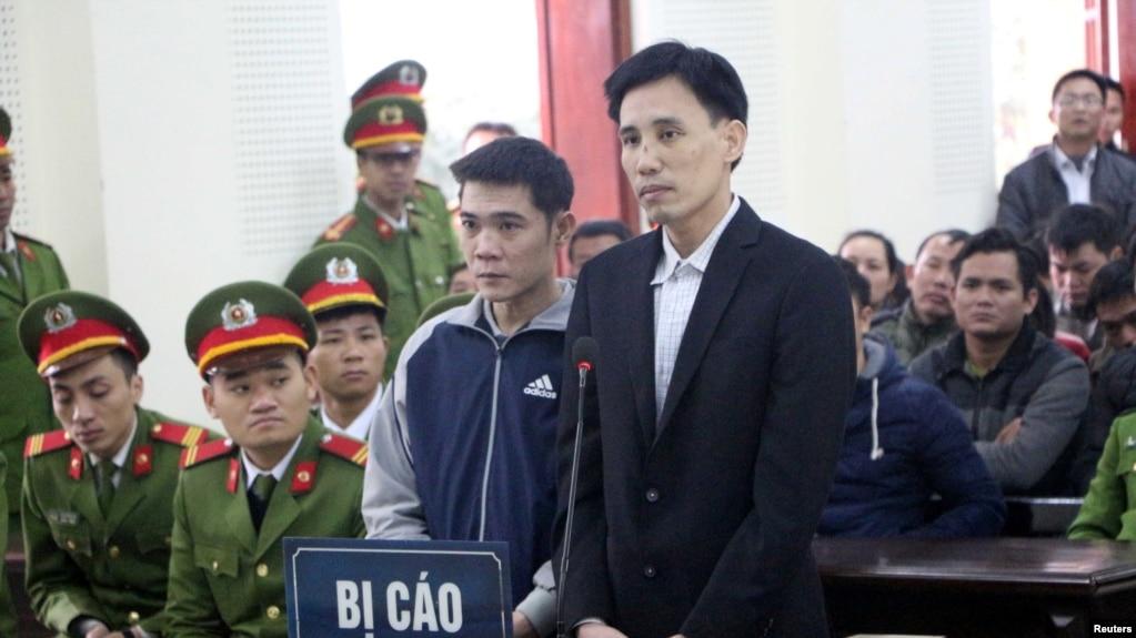 Nhà hoạt động Hoàng Đức Bình (phải) và Nguyễn Nam Phong tại phiên tòa ngày 6/2/2018. (VOA)