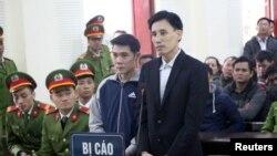Nhà hoạt động Hoàng Đức Bình (phải) và Nguyễn Nam Phong tại phiên tòa ngày 6/2/2018.