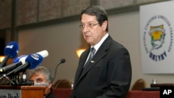 ဆိုက္ပရပ္စ္သမၼတ Nicos Anastasiades အား အလုပ္သမားသမဂၢအစည္းအေဝးမွာ ေတြ႔ရစဥ္။ (မတ္လ ၂၉၊ ၂၀၁၃)