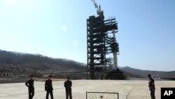 Binh sĩ Bắc Triều Tiên đứng gác gần tên lửa Unha-3 ở trung tâm không gian Tangachai-ri, 8/4/2012