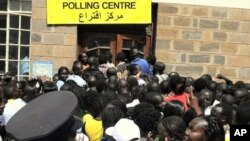 Sudanese voters in Nairobi, Kenya wait in line to cast their ballots in the Sudanese referendum on secession, 09 Jan 2011.