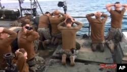 Ảnh do cơ quan truyền thông nhà nước Iran IRIB cho thấy các thủy thủ Mỹ quỳ gối trong khi Vệ binh Lực lượng cách mạng Hồi giáo Iran chĩa súng vào họ ngày 13/1/2016.