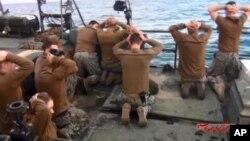 Trong bức ảnh được công bố bởi hãng thông tấn nhà nước Iran IRIB ngày 13 tháng 1 năm 2016 cho thấy các thuỷ thủ hải quân Hoa Kỳ bị Vệ binh Cách mạng Iran câu lưu ở Persian Gulf, Iran.