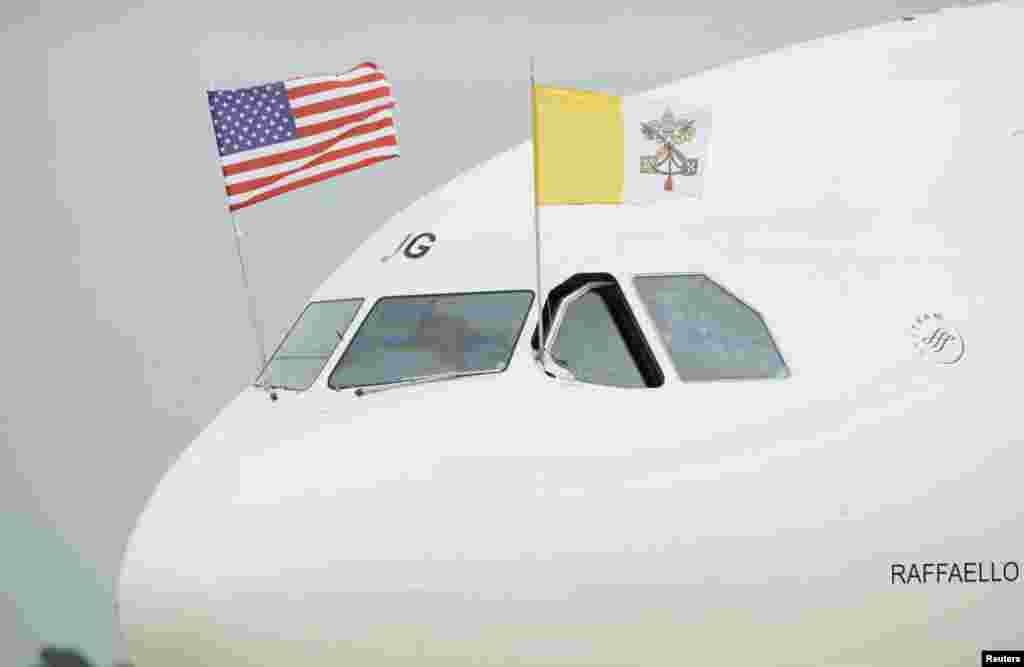 Quốc kỳ của Vatican và Mỹ trên máy bay chở Đức Giáo Hoàng tiến vào Căn cứ Không quân Andrews bên ngoài thủ đô Washington, ngày 22/9/2015.