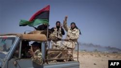 Ливийские повстанцы только что отбили у войск Каддафи город Рас-Лануф. Ливия. 27 марта 2011 года