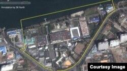 평양의 1501 군 부대와 위생용품을 생산하는 12월7일 공장은 같은 곳이라고 워싱턴의 북한전문 웹사이트인 '38 노스'가 밝혔다. 사진은 지난 해 12월 7일 공장의 위성 사진.