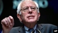 Le candidat démocrate , le sénateur Bernie Sanders , I- Vt . parle à l'Association nationale des fonctionnaires élus et nommés Latino , le vendredi 19 Juin , 2015, à Las Vegas . (AP Photo / David Becker )