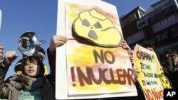 韩国大学生3月26日在奥巴马总统发表演讲的大学外举行抗议