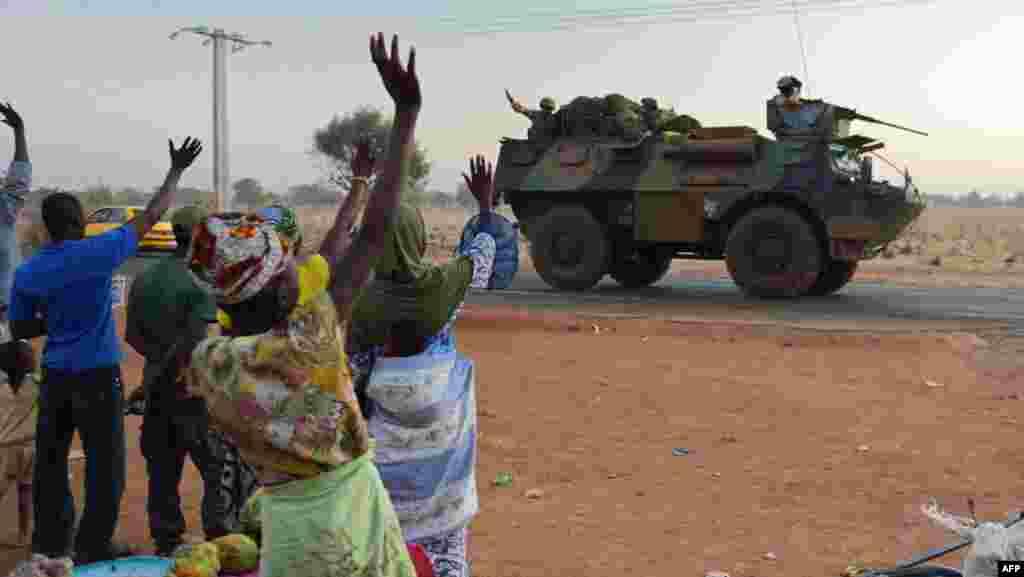 2013年1月15日,法軍裝甲車隊離開馬里首都巴馬科,向北部進發,路旁馬里民眾向法軍揮手。