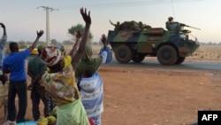 ຊາວມາລີ ພາກັນໂບກມືໃຫ້ແກ່ ຂະບວນລົດຖັງ ທະຫານຝຣັ່ງ ຈາກເມືອງ Bamako ເດິນທາງເຂົ້າສູ່ພາກເໜືອ ຂອງ ມາລີ