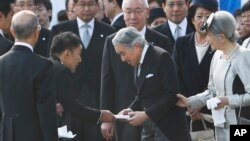 Taro Yamamoto, aktor yang beralih profesi menjadi menjadi anggota parlemen Jepang (dua dari kiri) menyerahkan surat kepada Kaisar Akihito (dua dari kanan). Permaisuri Kaisar Akihito, Michiko (kanan) dan kepala rumah tangga istana Yutaka Kawashima (atas tengah) mengamati penyerahan surat yang dilakukan saat berlangsungnya pesta musim gugur di Istana Kekaisaran Jepang di Tokyo, 31 Oktober 2013 (Foto: dok).