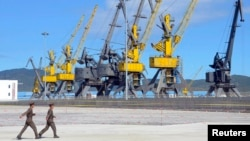 지난해 9월 북한 나진에서 러시아 하산-나진간 철도 개통식이 열린 가운데, 북한 군인들 뒤로 나진항 부두 시설이 보인다.