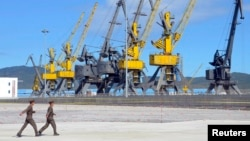 지난 2013년 9월 북한 라진에서 러시아 하산-라진간 철도 개통식이 열린 가운데, 북한 군인들 뒤로 라진항 부두 시설이 보인다. (자료사진)