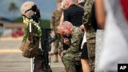 Un servicio funeral en honor de los 12 marines desparecidos durante un ejercicio de entrenamiento frente a las costas de Oahu, se realizó el 22 de enero en la base de la Infantería de Marina, en la que servían los efectivos en la Bahía Kaneohe, Hawái.