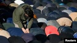 Warga muslim melakukan shalat berjamaah di London (foto: ilustrasi).