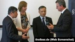 Luật sư Nguyễn Văn Đài nhận giải thưởng nhân quyền của Liên đoàn Thẩm phán Đức. Ảnh: thoibao.de