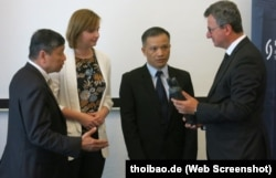 Chủ tịch Ủy ban Nhân quyền của Quốc hội Đức Gyde Jesen (thứ 2 từ bên trái) và Luật sư Nguyễn Văn Đài tại lễ trao giải thưởng nhân quyền của Liên đoàn Thẩm phán Đức cho người từng là tù nhân lương tâm ở Việt Nam