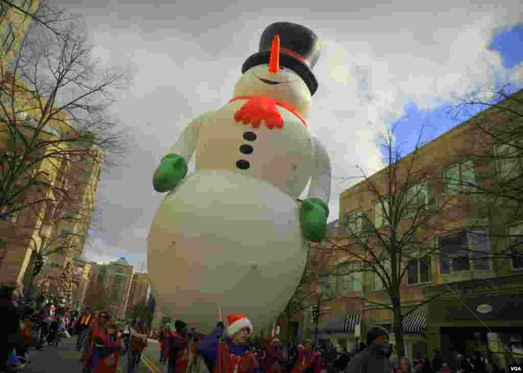 По улицам Снеговика носили