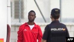 Un migrant arrive de Lampedusa au centre CATE
