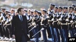 Президент Франции Эммануэль Макрон и военнослужащие ВМС Франции на базе в Тулоне (архив)