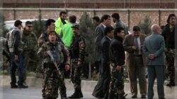 نیروهای امنیتی افغان در محل کشته شدن بمبگذار انتحاری در کابل. ۱۴ نوامبر ۲۰۱۱