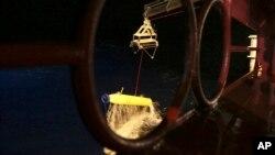El minisubmarino de búsqueda es alzado del agua por el barco australiano Ocean Shield, luego de completar un recorrido.