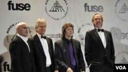 Genesis kelompok asal Inggris dengan anggota terakhirnya Phill Collins, Tony Banks dan Mike Rutherford dalam acara ini hadir tanpa Peter Gabriel yang merintis awal karir kelompok Genesis.