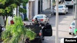 """Hombres armados durante enfrentamientos con las fuerzas federales tras detención de Ovidio Guzmán, hijo del narcotraficante Joaquín """"El Chapo"""" Guzmán, en Culiacán, estado de Sinaloa, México. REUTERS"""