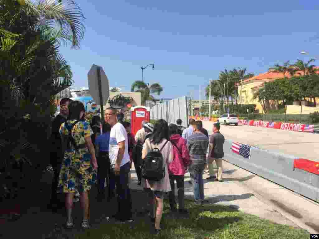 在习近平下榻酒店门前踩点的欢迎人群 (美国之音莉雅拍摄)