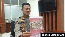 Kabid Humas Polda Sulawesi Tengah Komisari Besar Polisi Didik Supranoto memperlihatkan foto sembilan anggota kelompok teroris Mujahidin Indonesia Timur (MIT), Rabu, 12 Mei 2021. (Foto: Yoanes Litha)