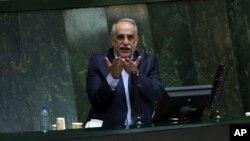 마수드 카르바시언 이란 경제장관이 26일 의회에서 연설하고 있다. 이란 의회는 27일 국가 경제난의 책임을 물어 카르바시언 장관에 대한 불신임안을 가결했다.