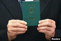 台灣外長吳釗燮手持台灣新版護照的樣本。(2021年1月11日)