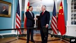 美國國務卿蒂勒森(右)星期四2月8日在國務院與來訪的中國國務委員楊潔篪(左)舉行了會談。